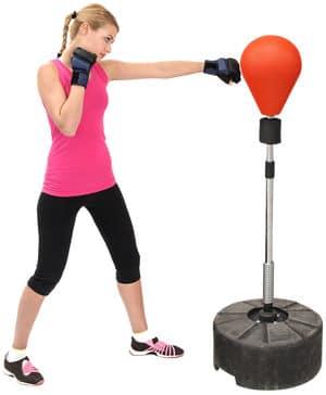Frau trainiert am Punchingball