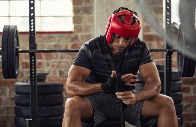 Boxer mit Kopfschutz