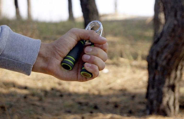 Griffkraft trainieren mit einer Fingerhantel