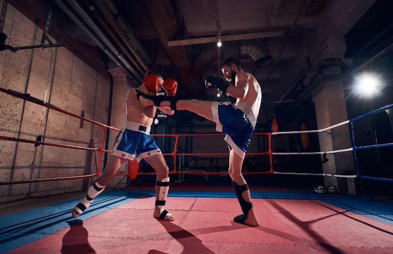 Kickboxer mit Schienbeinschoner