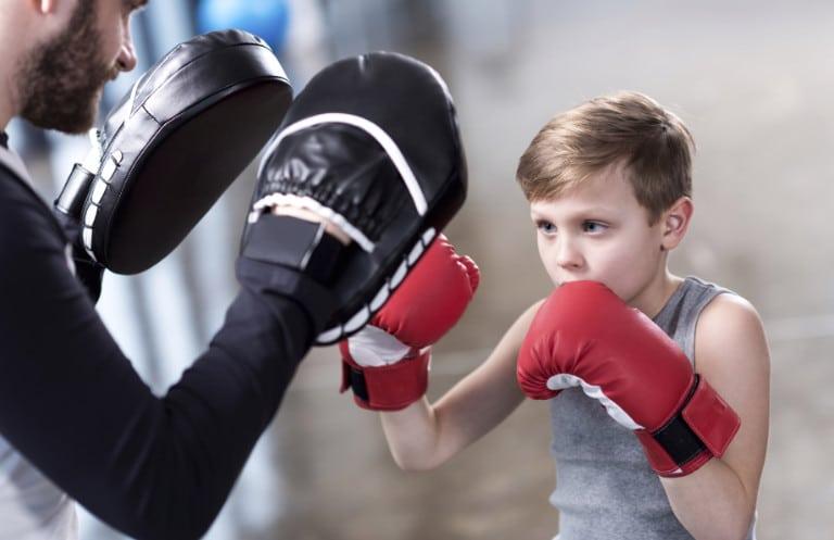 Junge beim Boxtraining